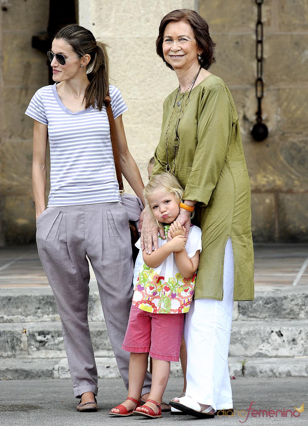 La reina abraza cariñosa a la infanta Sofia