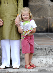 La infanta Sofia juega con su colorida camiseta