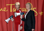 Jane Lynch posa con su estatua de cera