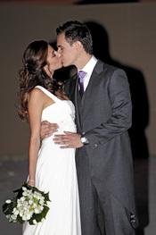 Almudena Cid y Christian Gálvez se besan tras su boda
