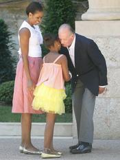 Michelle Obama y su hija saludan al rey en Mallorca