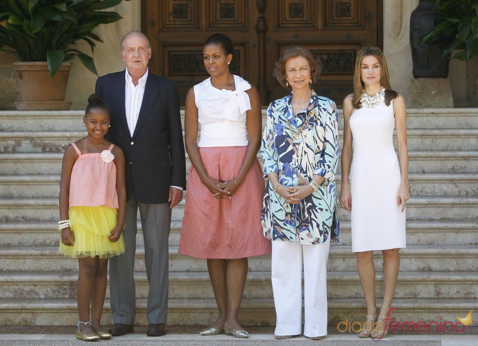La familia real posa con Michelle Obama y su hija Sasha