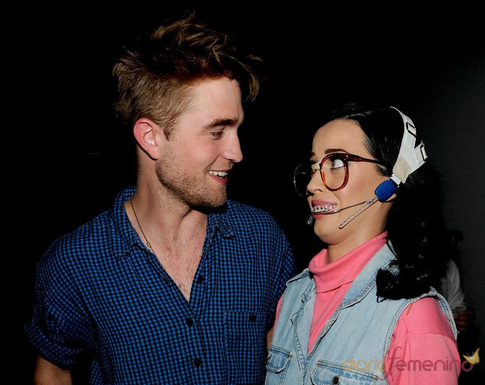 La 'adolescente' Katy Perry sorprende a Robert Pattinson en los Teen Choice 2010