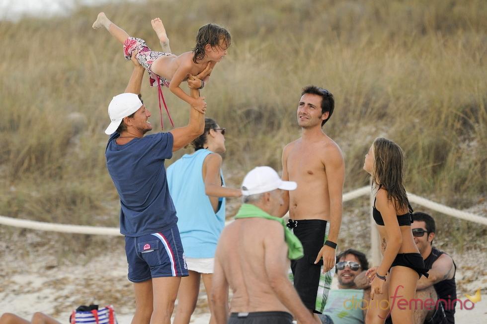 Amaia Salamanca y Sete Gibernau, de risas en la playa