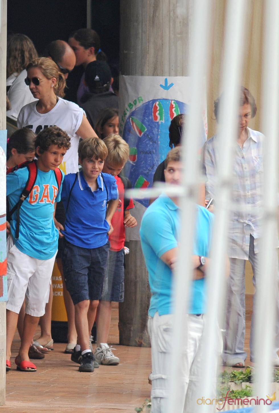 La reina Sofía y la infanta Elena, con los pequeños de la casa
