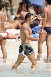 David Bustamante pasea por la orilla del mar