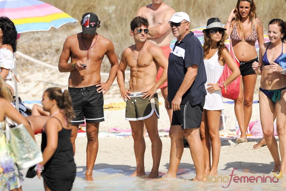 David Bustamante y Paula Echevarría rodeados en la playa