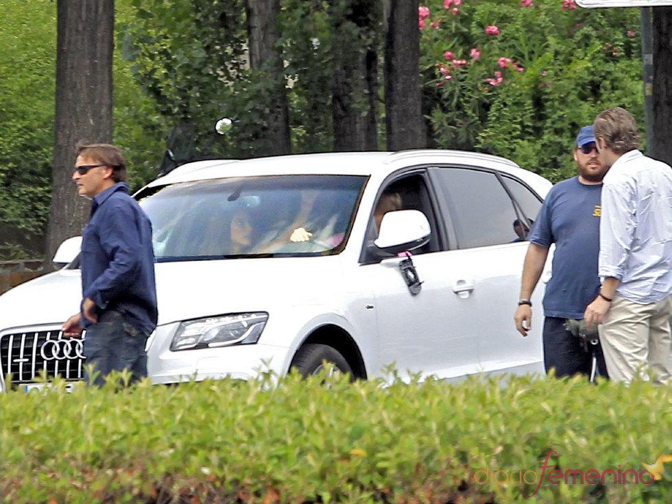 Sergio Canales con la novia en su coche de lujo Audi