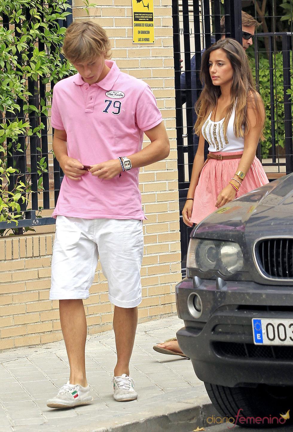 Sergio Canales y su novia visitando un piso de alquiler