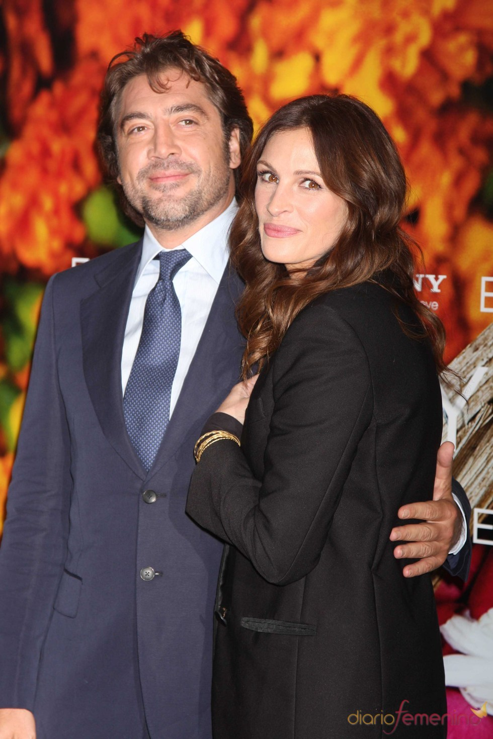 Julia Roberts y Javier Bardem abrazados en el estreno de 'Come, reza, ama'