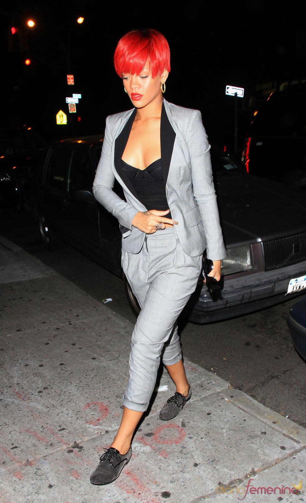 Rihanna con conjunto gris y gran escote