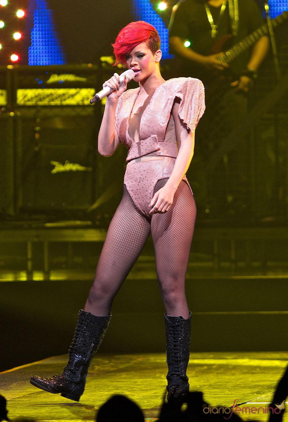 Rihanna con hombreras gigantes