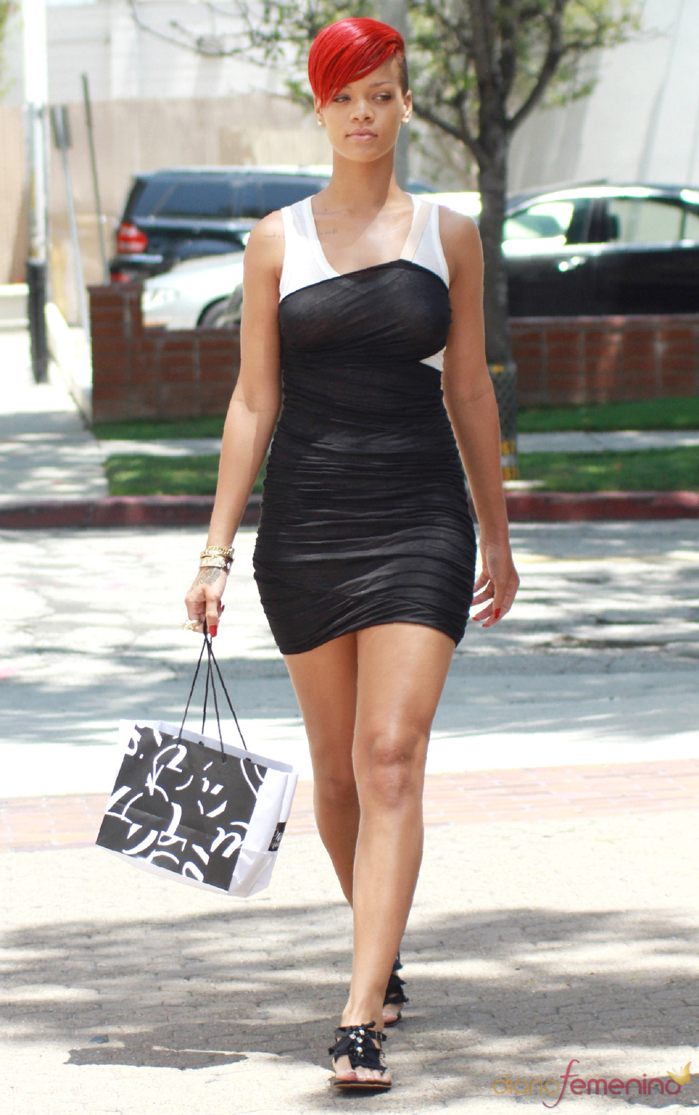 Rihanna con minivestido blanco y negro