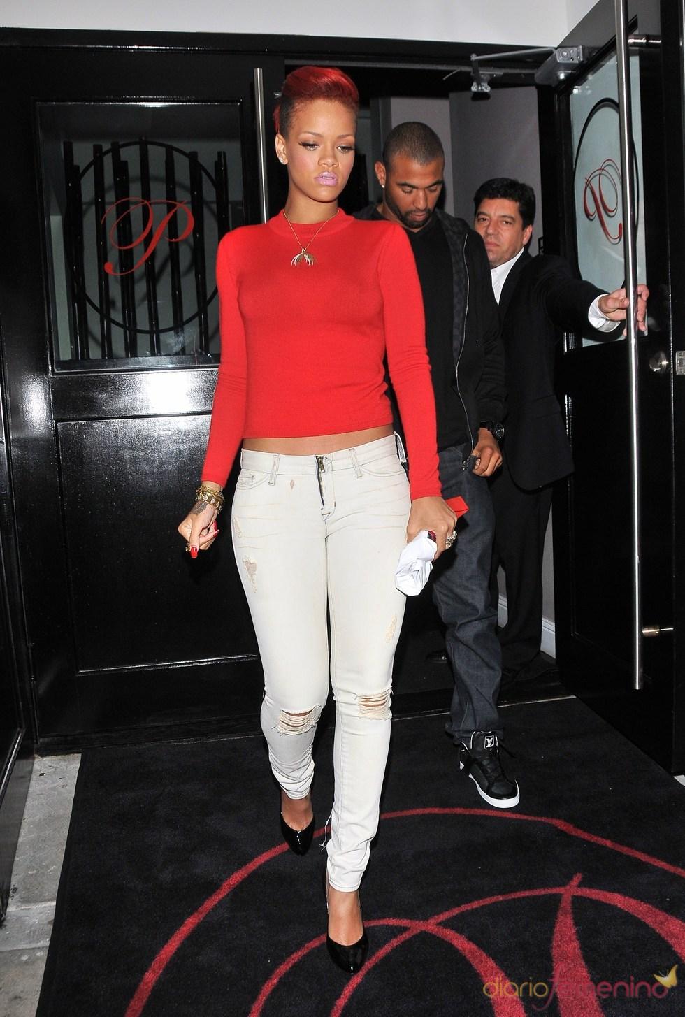 Rihanna con vaqueros desgastados