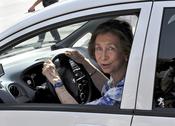 La Reina Sofía en su coche eléctrico