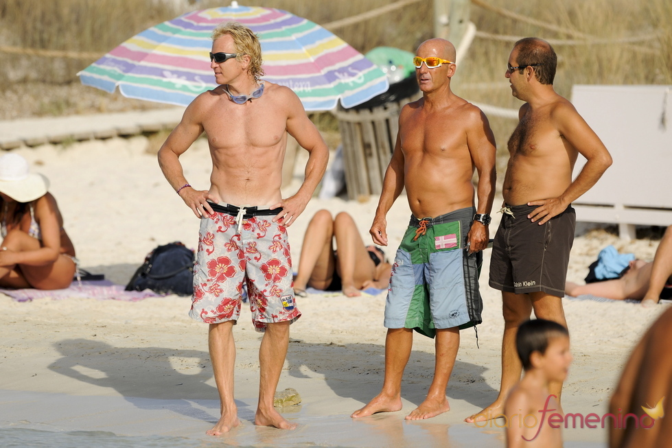 Álvaro Bultó con amigos en la playa