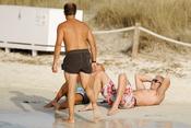 Álvaro Bultó haciendo ejercicio en la playa