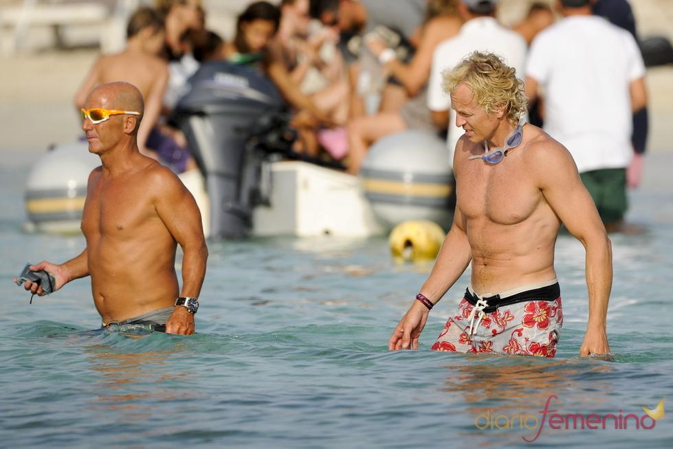 Álvaro Bultó se mete al agua en Formentera
