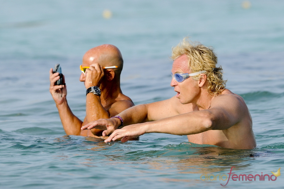 Álvaro Bultó nadando en las aguas de Formentera