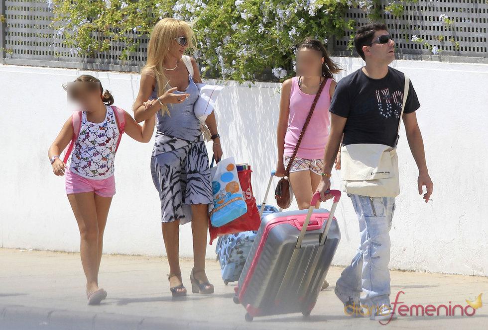 Belén Esteban, su hija Andrea y su marido Fran en Benidorm