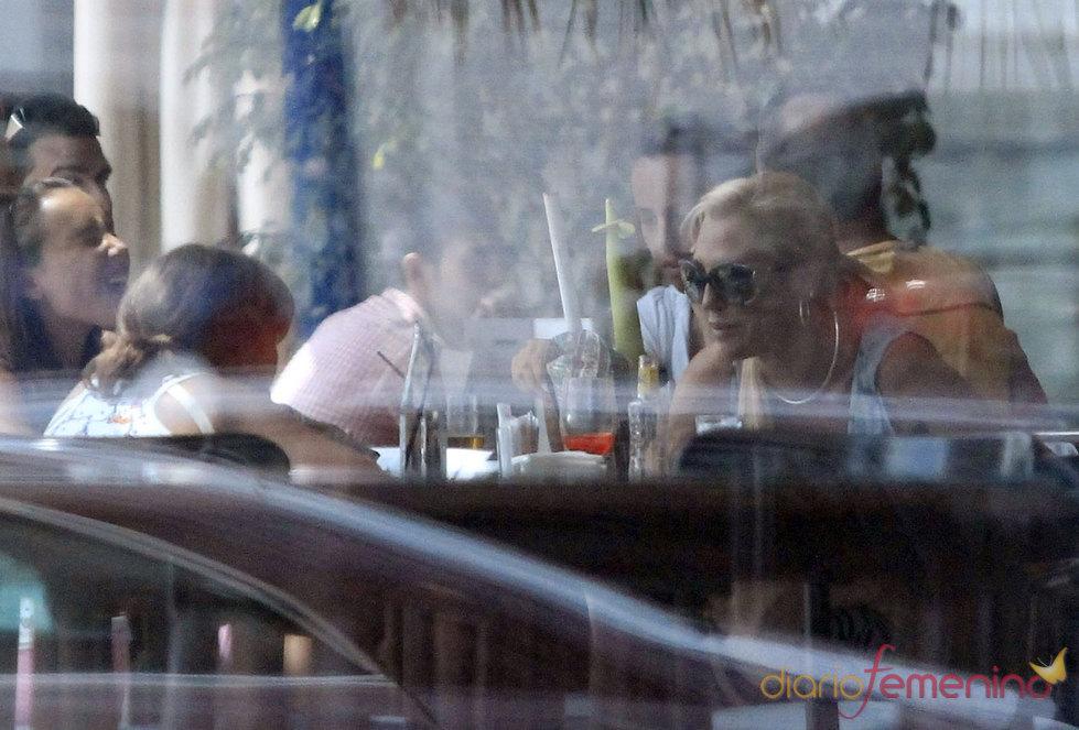 Belén Esteban con su hija Andreíta en un restaurante de Benidorm