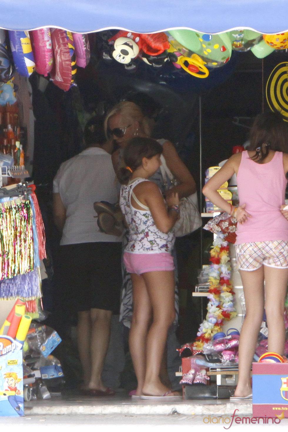 La veraneante Belén Esteban con su hija Andrea en Benidorm