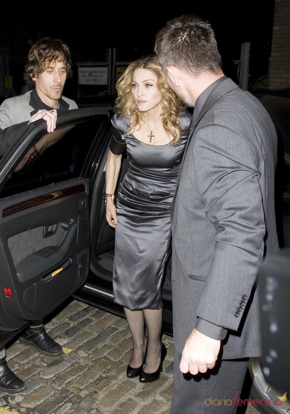 Madonna con vestido gris y crucifijo