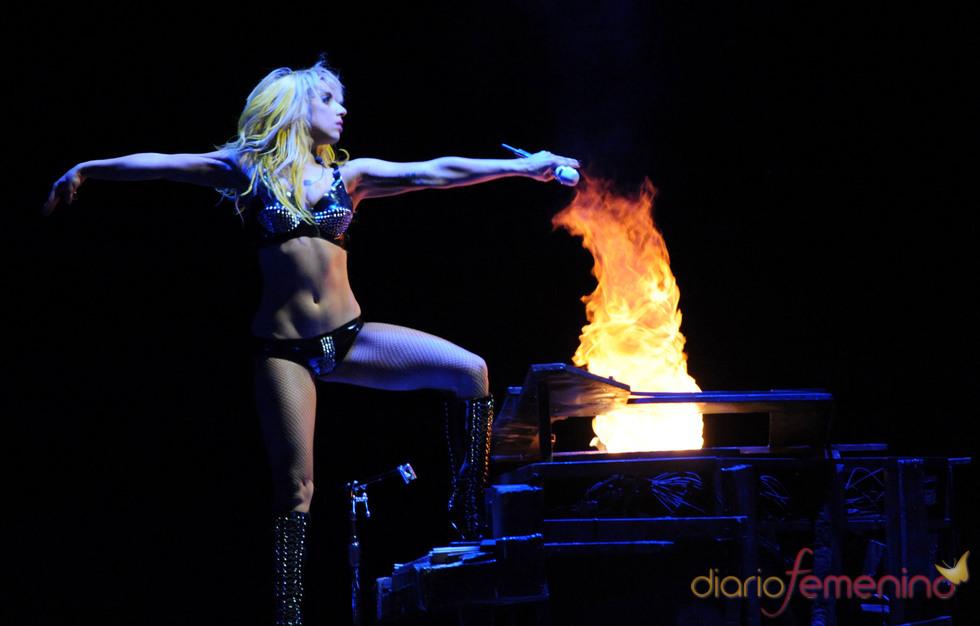 Lady Gaga prende fuego a su piano