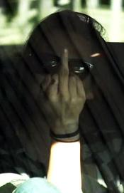 Kristen Stewart enseña el dedo