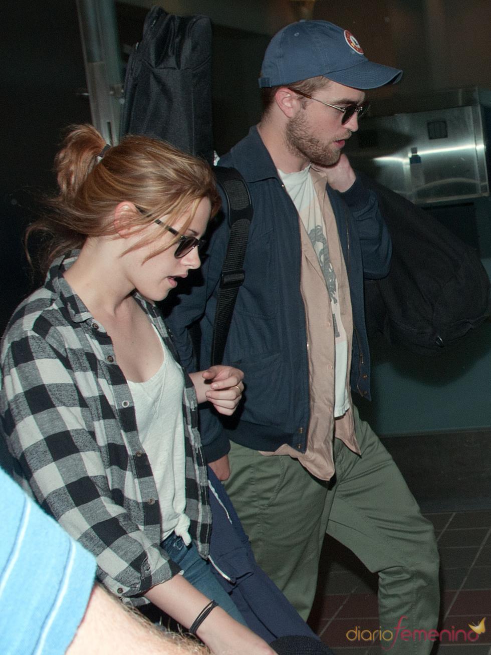 Robert Pattinson y Kristen Stewart en el aeropuerto de Los Ángeles