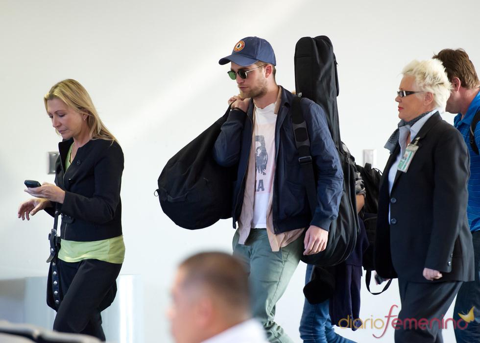 Robert Pattinson con la guitarra a cuestas