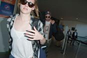 Robert Pattinson y Kristen Stewart con gesto serio