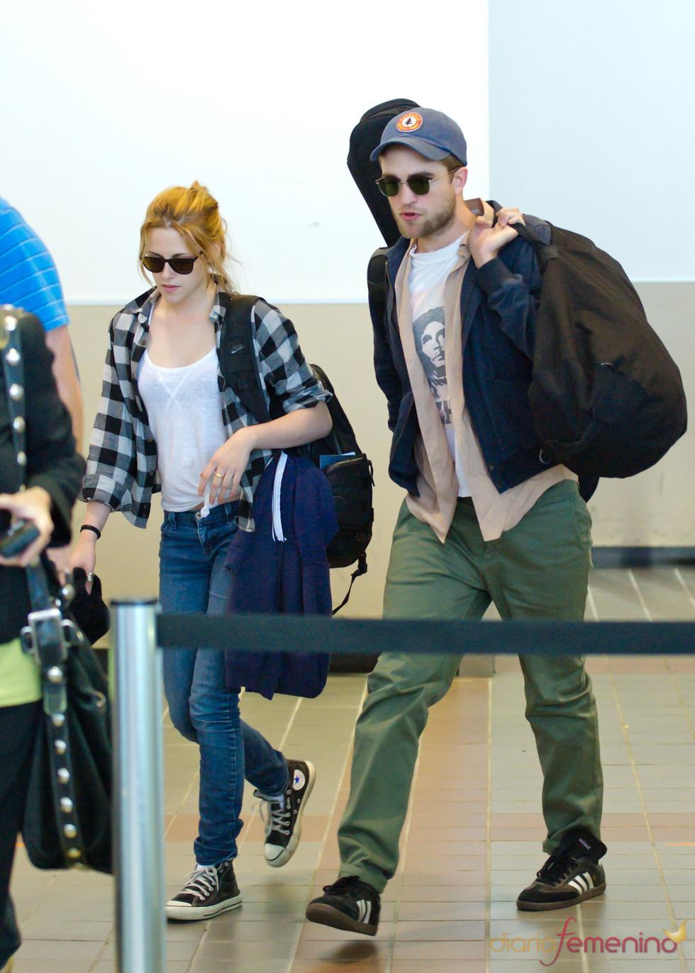 Robert Pattinson y Kristen Stewart, dos enamorados en el aeropuerto