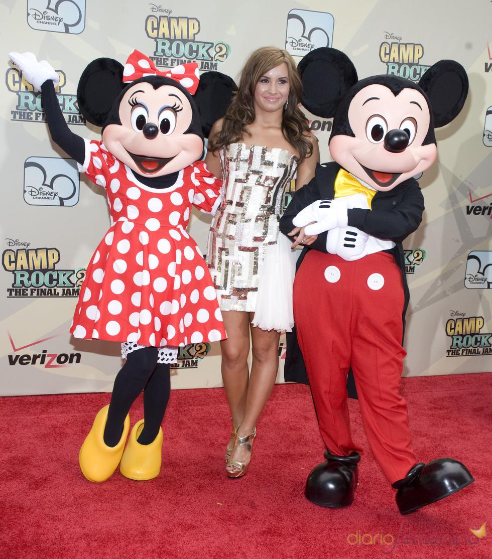 Demi Lovato con Minnie y Mickey Mouse