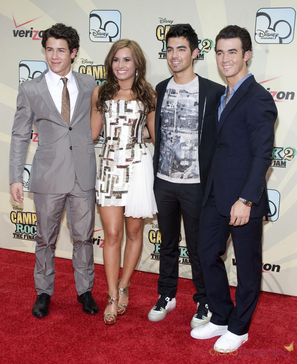 Los Jonas Brothers posan junto a Demi Lovato