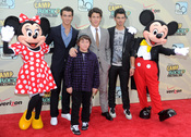 Los Jonas Brothers con Minnie y Mickey Mouse