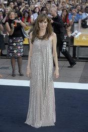 Agelina Jolie con vestido largo plateado