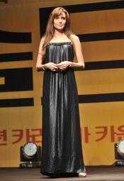 Angelina Jolie esconde su figura en un vestido largo