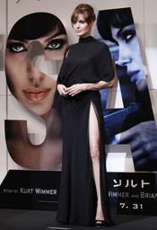 Angelina Jolie enseña pierna