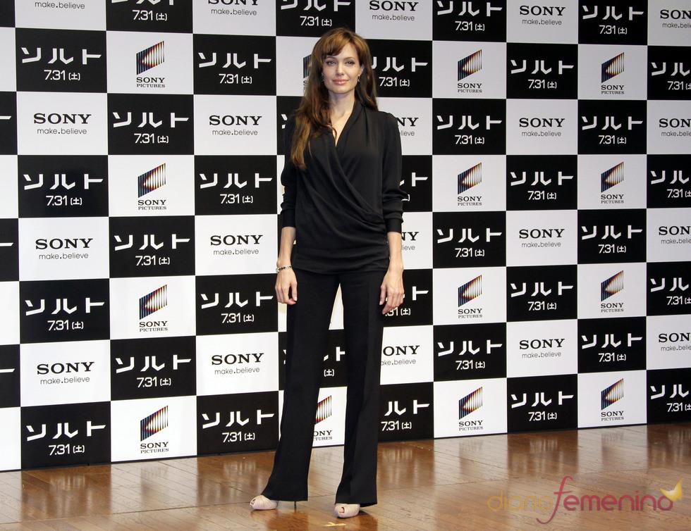 Total look negro de Angelina Jolie