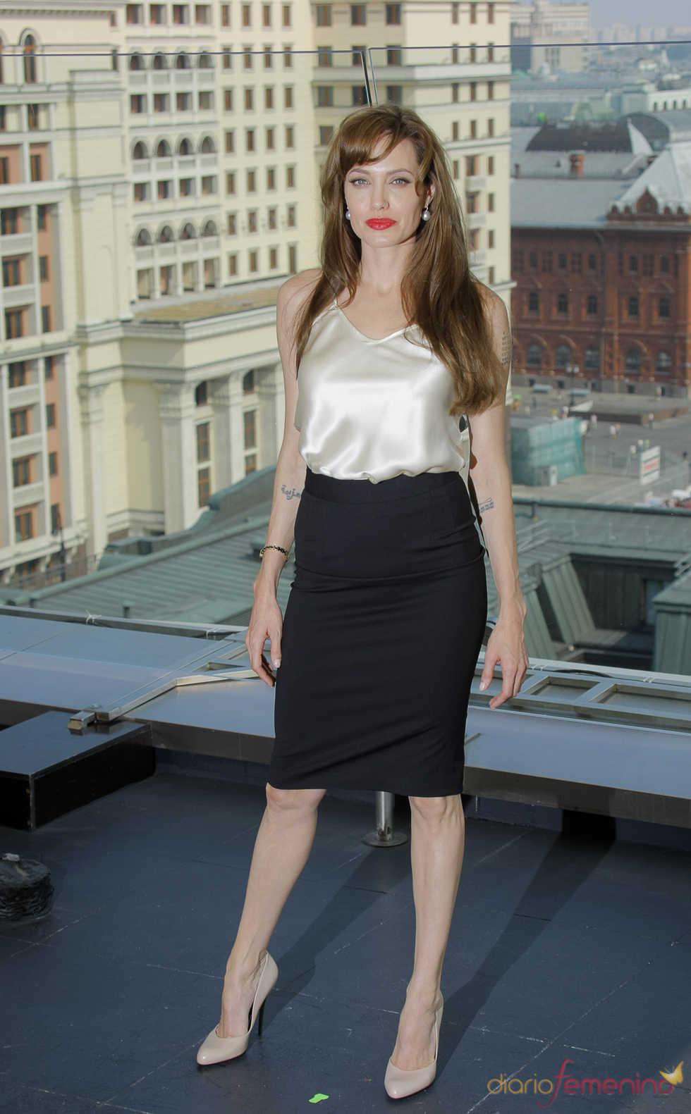 Angelina Jolie con falda tubo