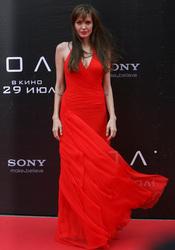 Angelina Jolie con vestido rojo pasión