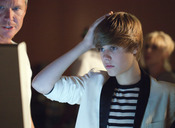 Justin Bieber se atusa el pelo