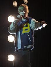 Justin Bieber micrófono en mano