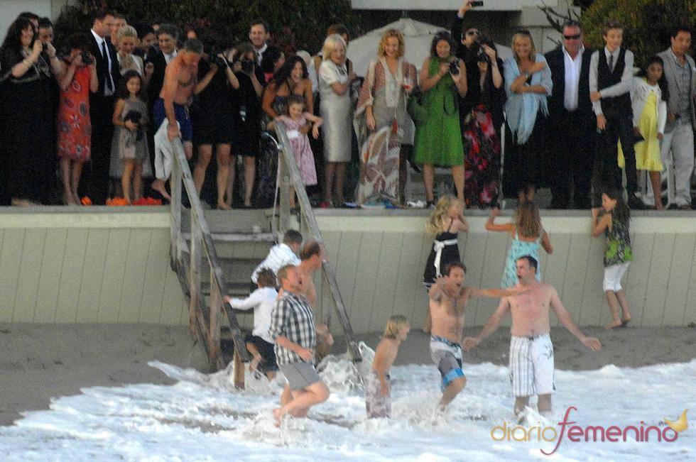 Baño de Stephen Moyer en el mar tras la boda con Anna Paquin