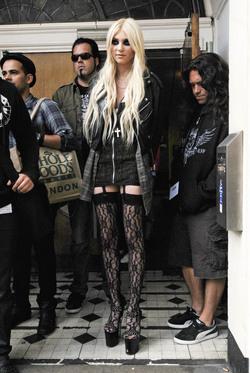 Taylor Momsen y su look 'Un funeral de muerte'