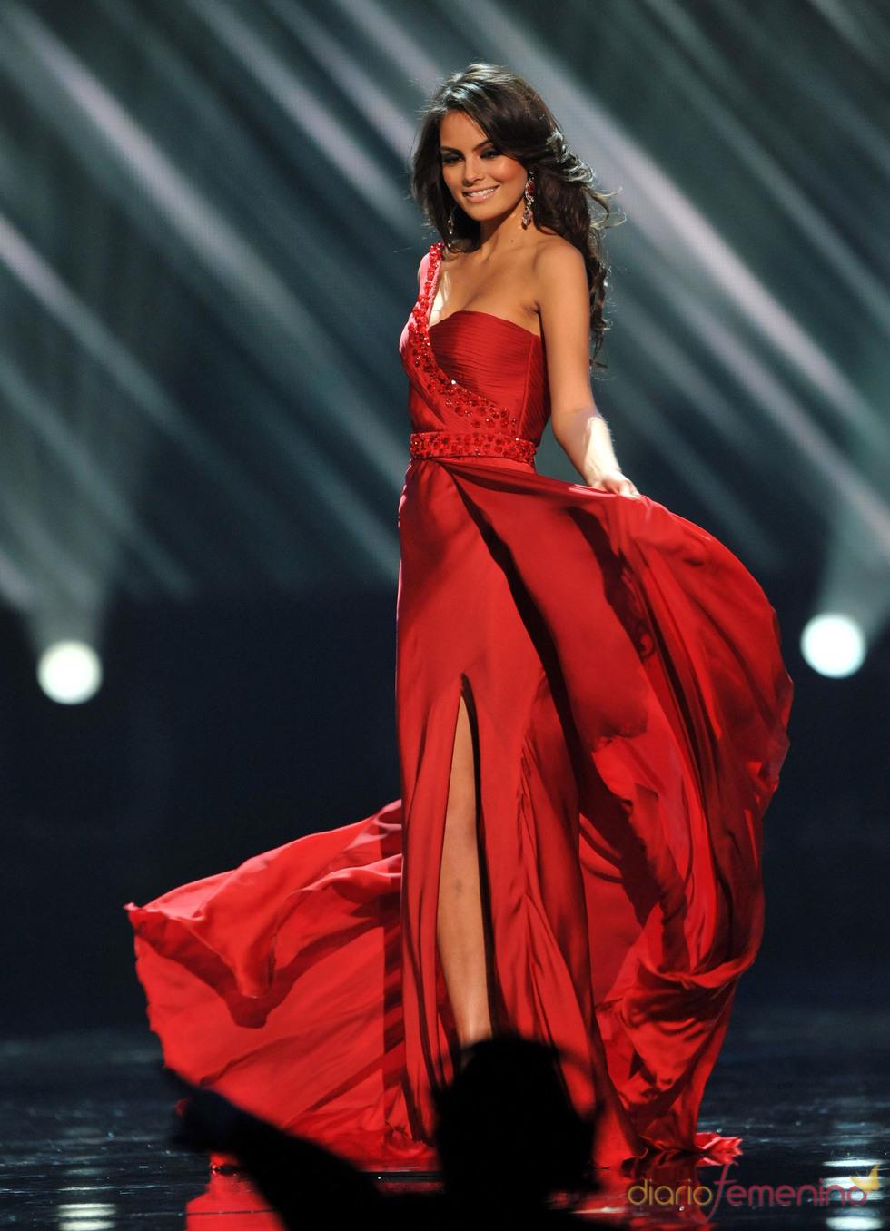 Jimena Navarrete con vestido rojo
