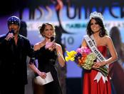 Jimena Navarrete recibe la corona de Miss Universo 2010