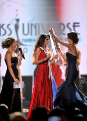 Jimena Navarrete recibe la banda de Miss Universo 2010