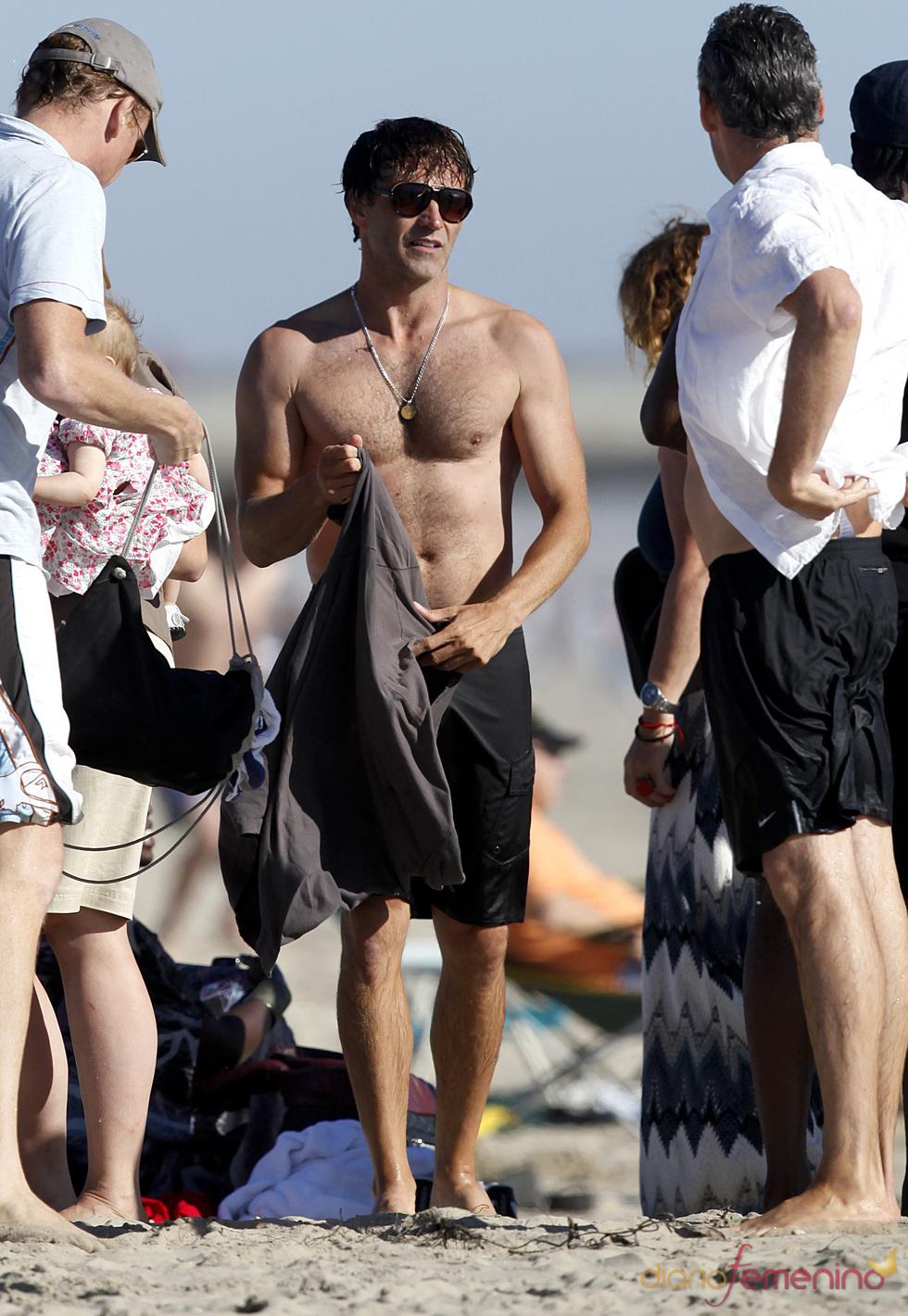 Stephen Moyer se quita la camiseta en la playa